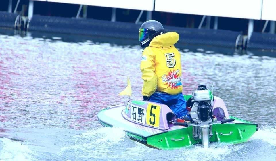 競艇ボートレース競艇場競艇選手稼ぐ初心者ボートレーサー魚ぶつかる-